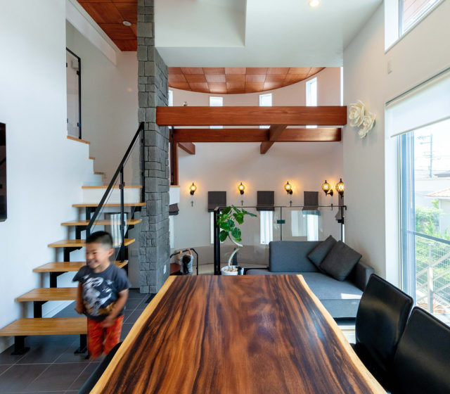 円形リビングのあるスタイリッシュデザインの家