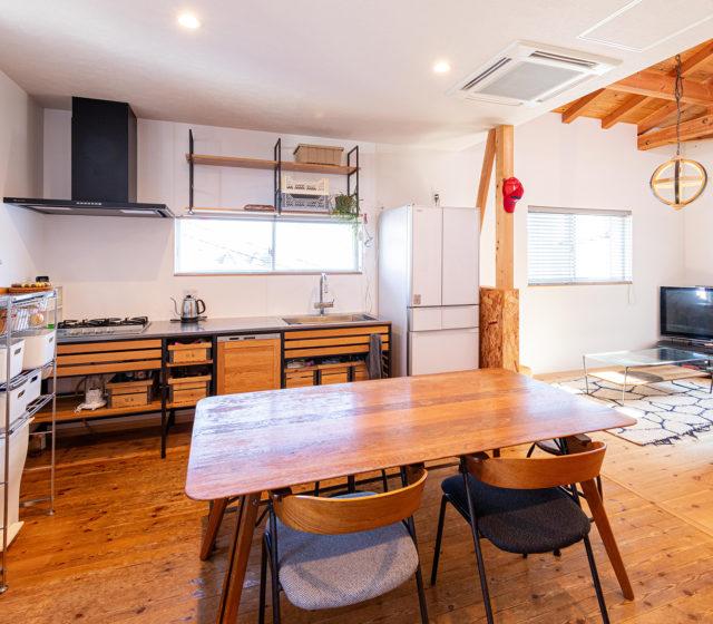 勾配天井のリビングでゆったり過ごす。経年変化とグリーンを楽しむお家
