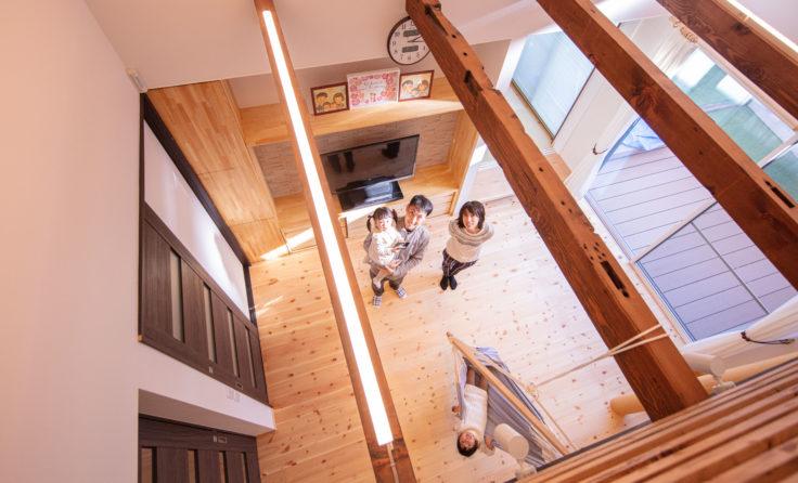 施工事例/屋根の形が活きた吹き抜けリビングに古材梁が趣深いお家 更新しました