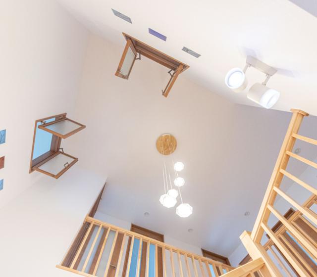 吹き抜け階段を中心に回遊できる、室内塗り壁と無垢フローリングのさわやかなお家