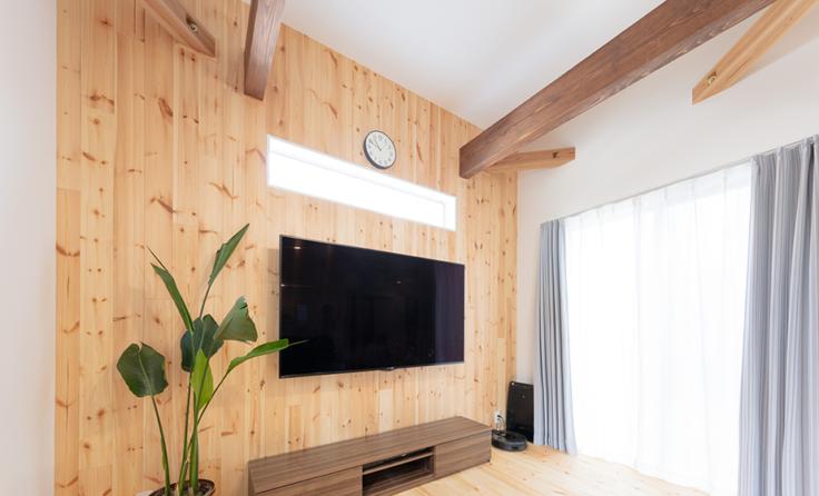 施工事例 / 板張りの壁と梁見せの高天井リビングがあるお家