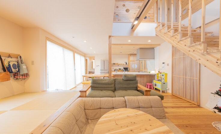 施工事例/ストリップ階段と吹き抜けで開放感を高めた、室内に塗り壁がある和風のお家 更新しました