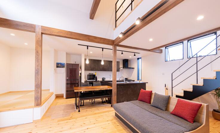 施工事例 / 寝室のロフト書斎から見下ろせる、吹き抜け+高天井リビングのお家 更新しました