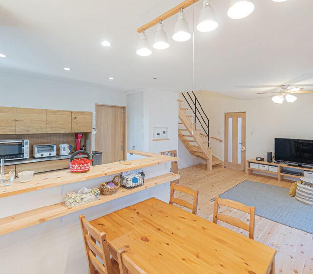 面積以上に広く見せるリビングとコンパクトな家事動線のシンプルハウス